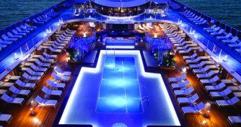Ein Pool gehört zum Kreuzfahrtschiff dazu.